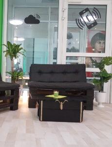 Selbstgebauter Sitzbereich mit Paletten bei Apfel Service OHZ