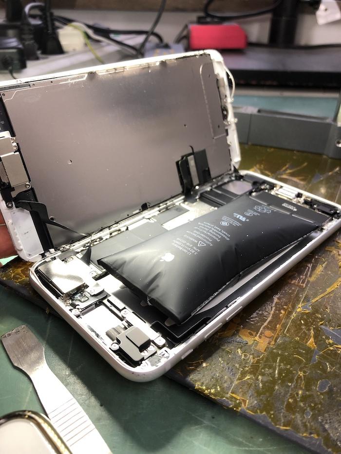 Extrem dicker aufgeblasener Akku iPhone 7 Apfel Service